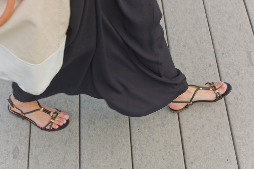 Style Bee in black maxi skirt, black sandals with canvas tote