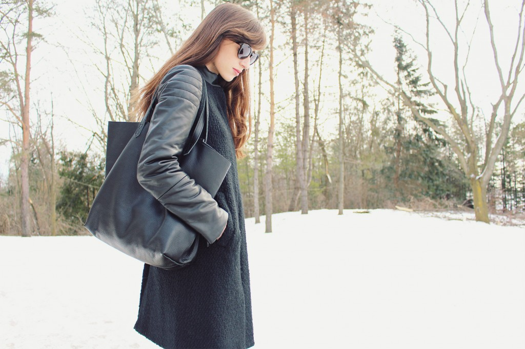 Style Bee in an all black winter look.